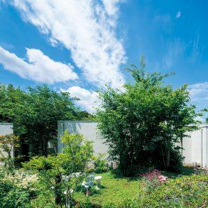 庭の中の家