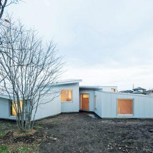 食堂の壁のはなれ、屋根と窓のある家