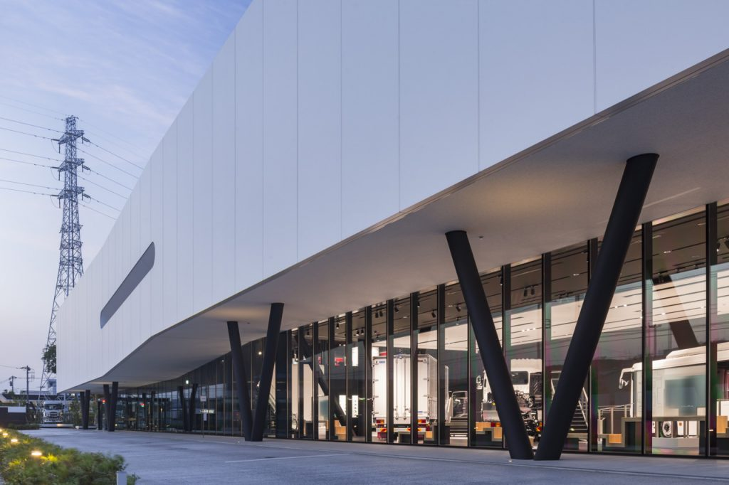 新建築 2017年10月号 近畿大学 ACADEMIC THEATER (1〜5号館) / 国際学部棟 (18号館) Kindai University Academic Theater / Faculty of International Studies Building