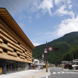 まちの駅 「ゆすはら」 - 設計: 隈研吾建築都市設計事務所 施工: 大旺新洋