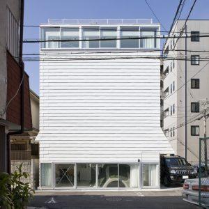 地面と屋根上の家