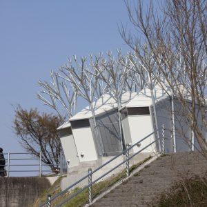 白川橋左岸緑地トイレ - 設計: デザインヌーブ 施工: 富田建設