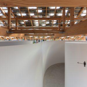 おおきな曲面のある小屋 - 設計: タトアーキテクツ / 島田陽建築設計事務所 施工: 植松工務店