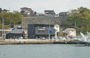 K-port + 磯屋水産港町一丁目店 - 設計: 伊東豊雄建築設計事務所 施工: みちのく建設工業