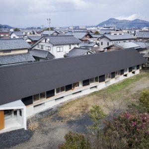 黒屋根の家